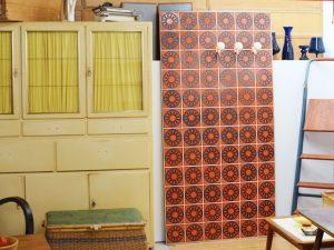 Große Fliesenwand mit Garderobenhaken