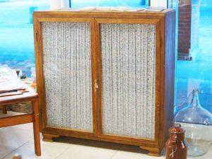 Halbhoher Schrank mit Glastüren