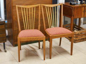 Zwei Stühle / neu bezogen