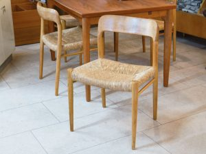 Zwei Stühle / Eiche / Niels Møller Denmark / Modell 75