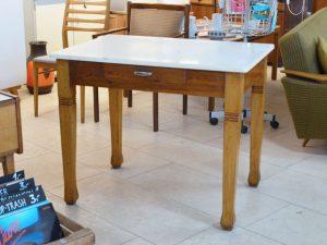 Holztisch mit Schublade / Resopaloberfläche