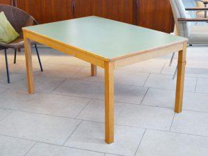 Großer Kindertisch / grüne Resopaloberfläche