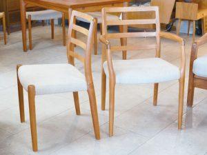 Vier Teakholzstühle, darunter ein Armlehnenstuhl, von Niels O. Møller / Modell 85 / Dänemark