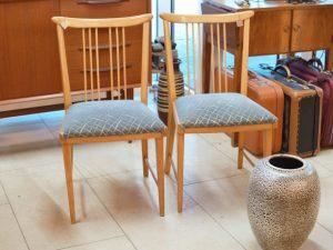 Zwei Stühle / taubenblauer Bezug
