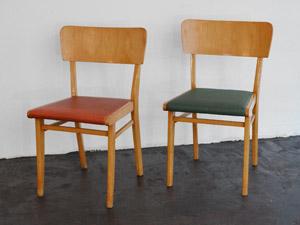 Holzstühle mit farbigen Polstern