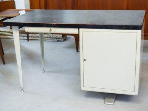 Arztschreibtisch / Metall mit Linoleumoberfläche / H 78cm x B 130cm x T 78cm