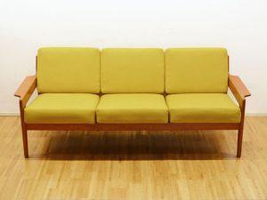 Teakholz Sofa mit senfgelbem Bezug / A. W. Iversen, DK / neu bezogen / H 75cm x B 189cm x T 80cm