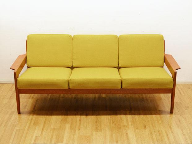 teakholz sofa mit senfgelbem bezug a w iversen dk. Black Bedroom Furniture Sets. Home Design Ideas