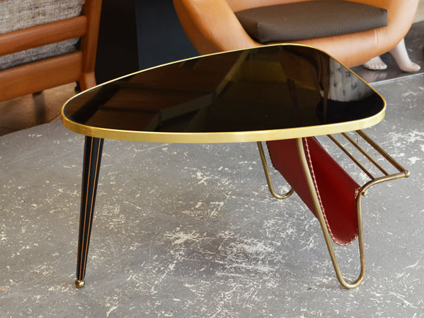 Kleiner Tisch mit Zeitungsablage