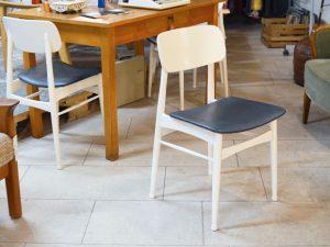 Drei Weiße Stühle mit Blauem Polster