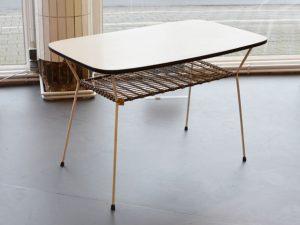 Tisch / Metallgestell & Resopaloberfläche