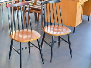 Zwei Holzstühle