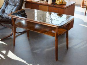 Holztisch mit schwarzen Fliesen