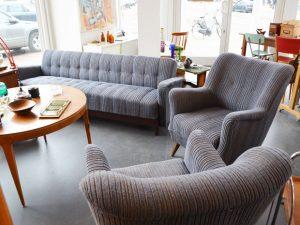 Sitzgruppe 50er / Schlafsofa & zwei Sessel / Taubenblau mit okkerf. schmalen Streifen