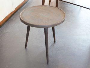 Kleiner Dreibein-Tisch