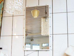 Spiegel / weißer Rahmen mit Messingkugeln