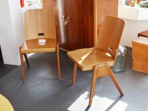 Zwei Holzstühle (stapelbar)