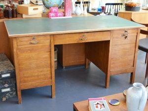 Schreibtisch mit Rolladen und grüner Linoleumoberfläche