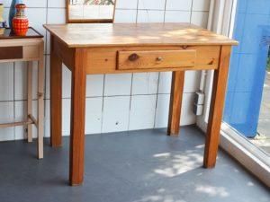 Holztisch mit Schublade