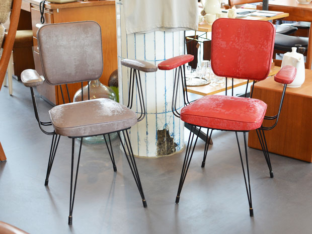 Ein Armlehnenstuhl rotes Kunstleder / Metallgestell