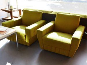 zwei currygelbe Sessel (nur noch einer verfügbar)