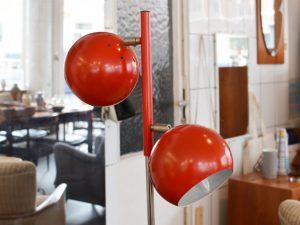 Stehlampe mit zwei roten Kugelspots