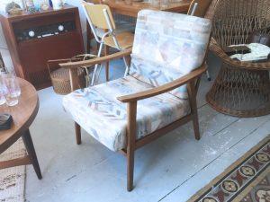 Zwei Sessel mit Stoffbezug / Graphisches Muster