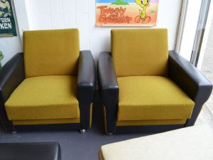 Zwei Sessel / GelbSchwarz / mit Rollen