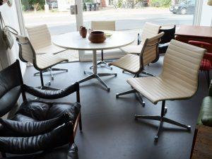 6er-Set Eames Stühle Modell EA105 / Herman Miller / weißes Kunstleder