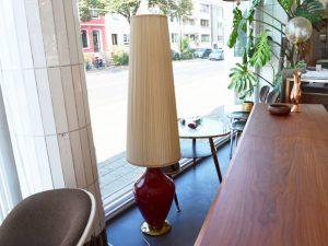 Stehlampe mit rotem Glasfuß und Plissee-Schirm