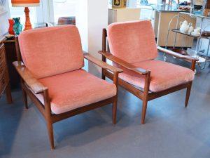 Zwei Sessel mit Samtbezug