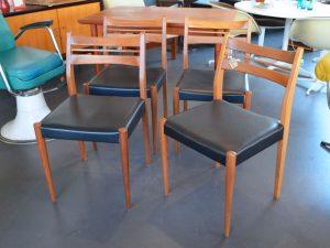 Vierer-Set Stühle mit schwarzem Kunstlederbezug
