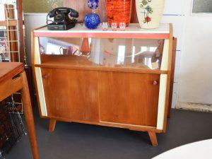 Küchenschrank mit Vitrinenfach
