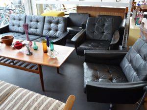 Ledersofa und zwei Sessel / Chromfuß