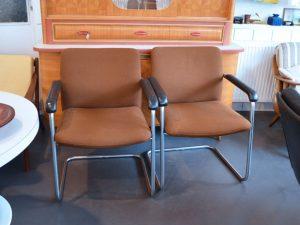 Zwei Stahlrohrstühle mit braunem Polster