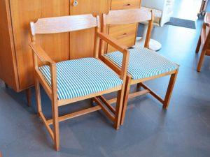 Insgesamt drei Stühle