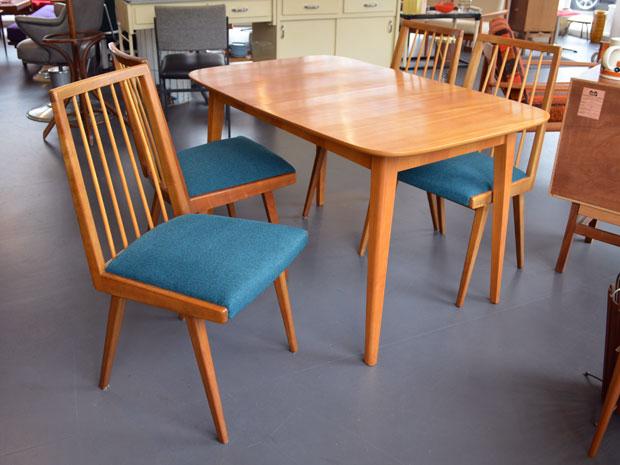 4 Stühle von Lübke (neu bezogen) / Tisch / Kirschholz