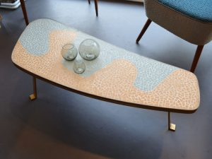 Mosaik-Couchtisch mit massiven Messingbeinen