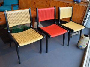 3 Stühle mit Spaghetti-Geflecht / Preise: 80 – 90 € pro Stuhl