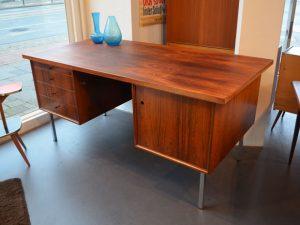 Schreibtisch / H 75cm x B 160cm x T 80cm / Preis: 350,- €