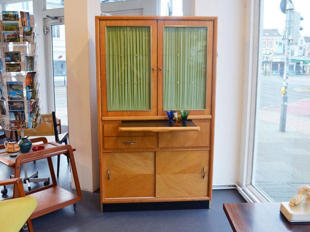 Küchenschrank mit ausziehbarer Arbeitsplatte (Linoleum) / Preis: 280 €