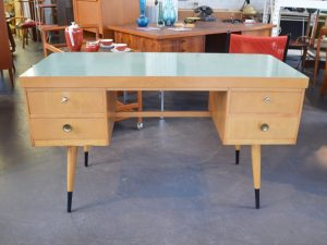 Schreibtisch EKAWERK / Mintgrüne Resopaloberfläche / L 130 cm x H 75 cm x T 56 cm