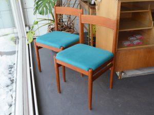 Zwei Teakholzstühle / neu bezogen / Preis: 70 € pro Stuhl