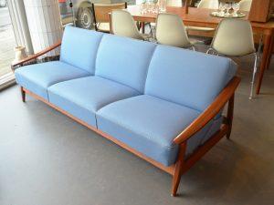 Blaues Schlafsofa / Teakholz / L 210 cm x H 70 cm x T 80 cm