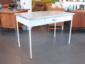 Metalltisch / Arztschreibtisch / Maße: H 79cm x L 120cm x B 65cm / Preis: 150 €