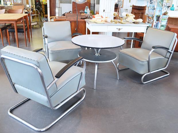 Drei Freischwinger / Stahlrohr & Kunstleder / mit Tisch