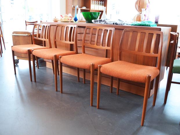 Vier Teakholzstühle von Niels O. Møller / Modell 83 / Rostroter Wollbezug