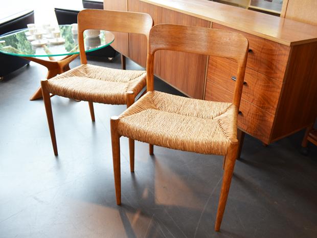 2 Stühle von Niels O. Møller / Modell 75 / Eiche / Binsengeflecht