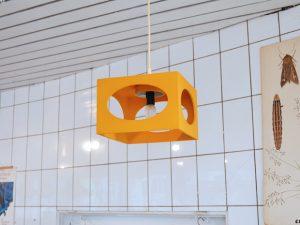 Gelbe Deckenlampe / Holz