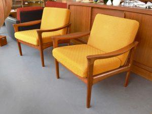 2 Teak Sessel von Illum Wikkelsø für Glostrup Dänemark / orange-gelber Bezug
